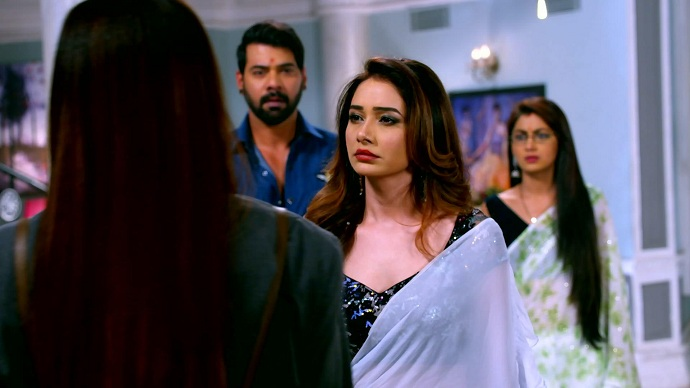 Abhi gets so happy to see Rhea & Prachi standing with each other